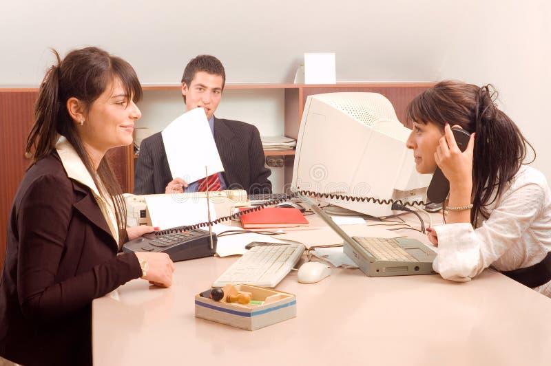 Geschäftsteam im Büro lizenzfreie stockfotografie