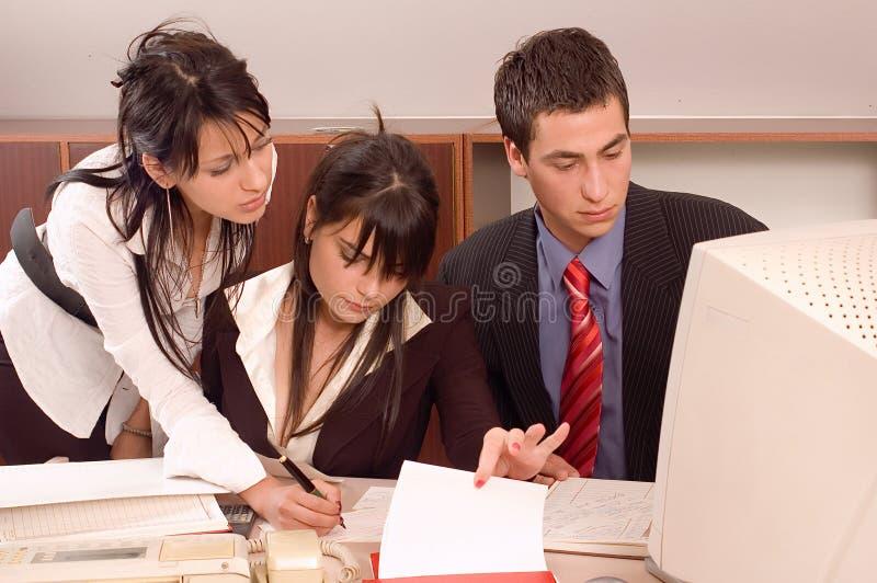 Geschäftsteam im Büro lizenzfreie stockbilder