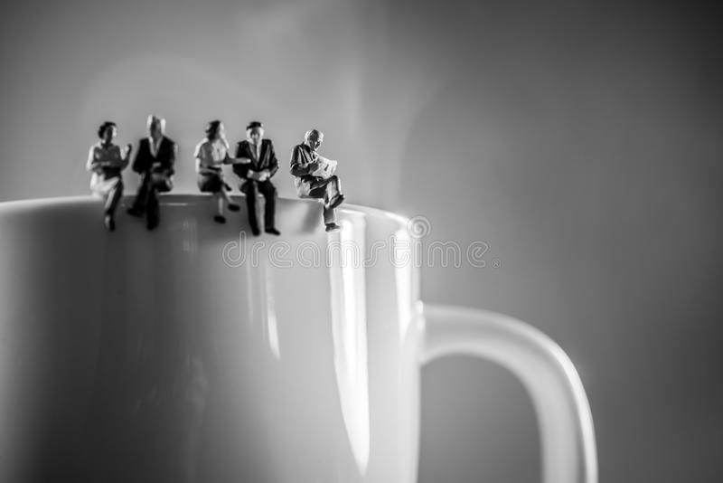Geschäftsteam-Kaffeepause Diskussions- und Unterhaltungskonzept stockbilder