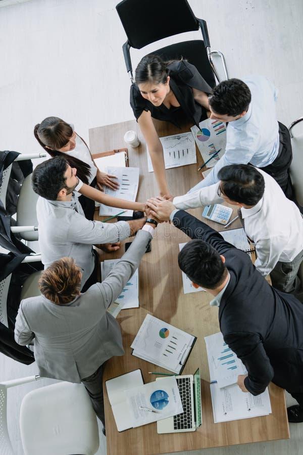 Geschäftsteam-Kollegehände, die sich zusammen das Konferenzzimmerbüro von der Draufsicht anschließen stockfotografie