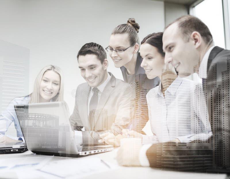Geschäftsteam mit dem Laptop, der Diskussion hat lizenzfreies stockfoto