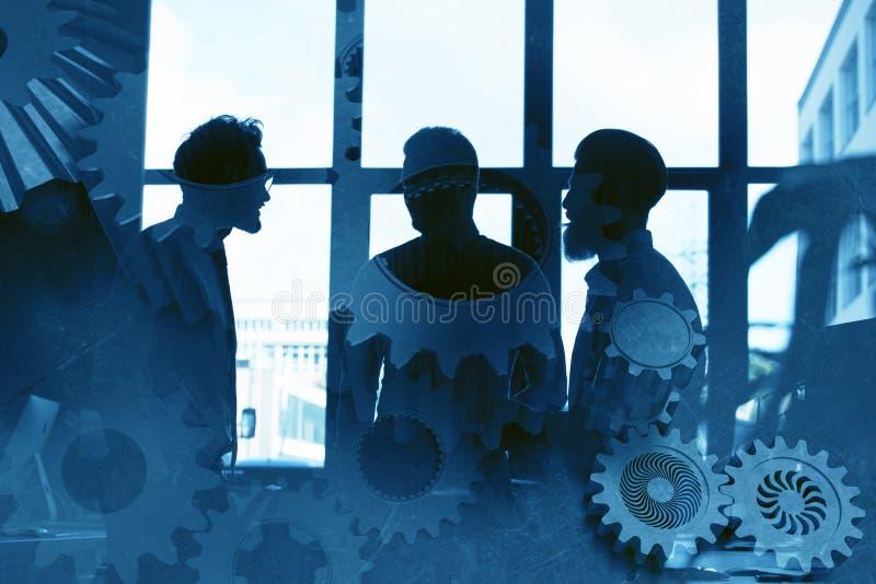 Geschäftsteam mit Gangsystem Teamwork, Partnerschaft und Integrationskonzept Doppelte Berührung lizenzfreies stockbild