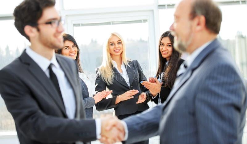 Geschäftsteam mit unterzeichnetem Vertrag stockfotos