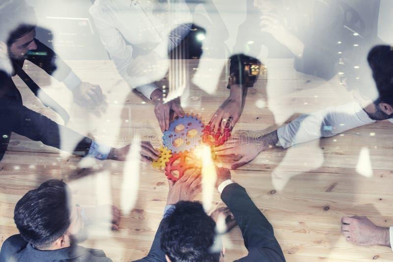 Geschäftsteam schließen Stücke Gänge an Foto von oben Teamwork, Partnerschaft und Integrationskonzept Doppelte Berührung stockbilder