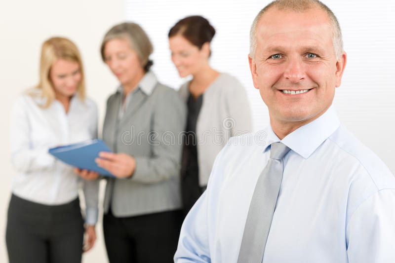 Geschäftsteam-Senior Manager mit glücklichen Kollegen stockfotos