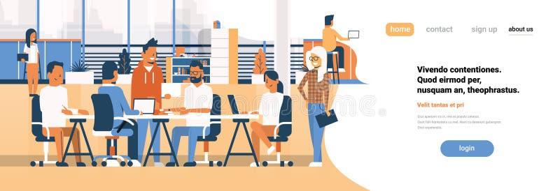 Geschäftsteam-Sitzung- über Brainstorminggruppenwirtschaftler, die zusammen das Büro bespricht flachen Fahnenkopienraum sitzen stock abbildung
