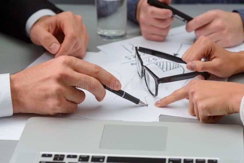 Geschäftsteam trifft Entscheidungen lizenzfreies stockbild