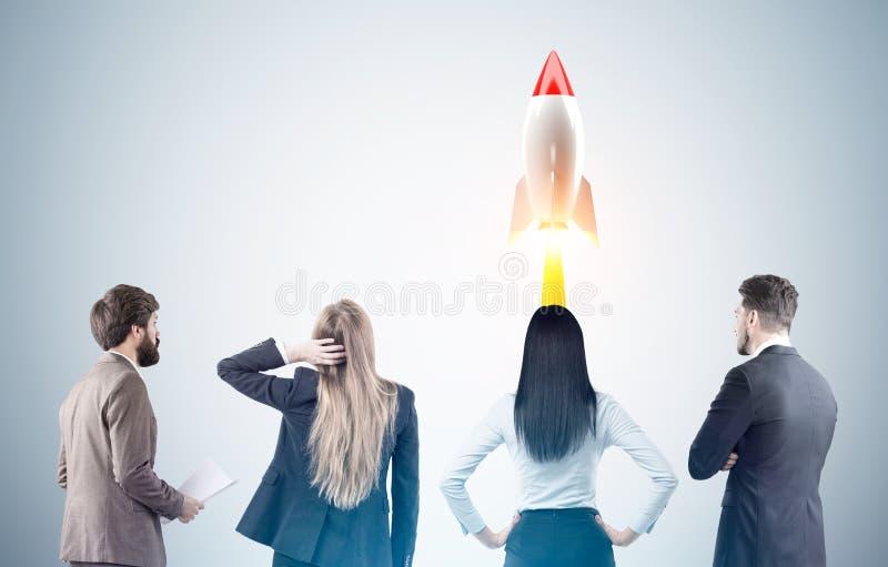 Geschäftsteam und -Raketenstart, getont lizenzfreie stockfotos