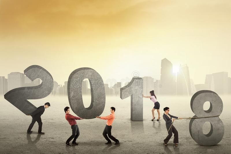 Geschäftsteam vereinbaren Zahlen von 2018 lizenzfreie stockbilder