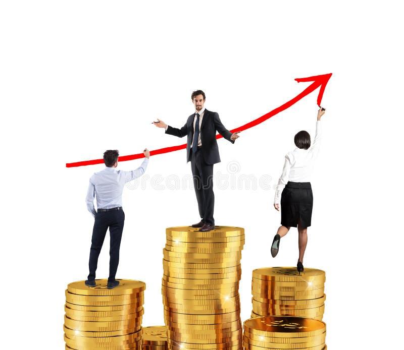 Geschäftsteam zeichnet wachsenden Pfeil von Firmenstatistiken über den Stapel des Geldes stockfoto