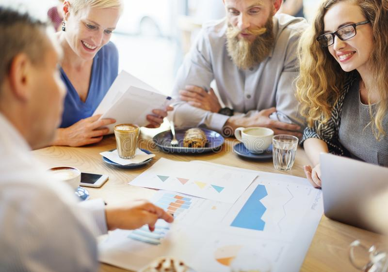 Geschäftsteambesprechung über Strategiemarketing im Café lizenzfreies stockbild