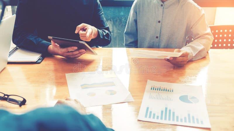 Geschäftsteambesprechung, die an dem neuen Geschäft der digitalen Tablette Pro arbeitet stockfoto