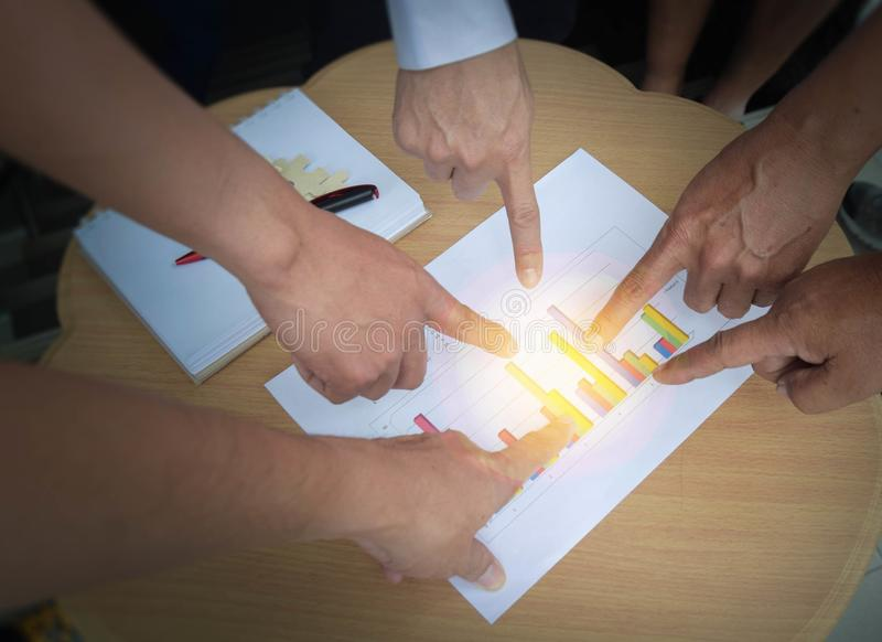 Geschäftsteambesprechungsdesignideen-Konferenzdiskussion Unternehmens Manager analysieren Geschäftsbericht-Leistungsrückkehr auf  stockfoto