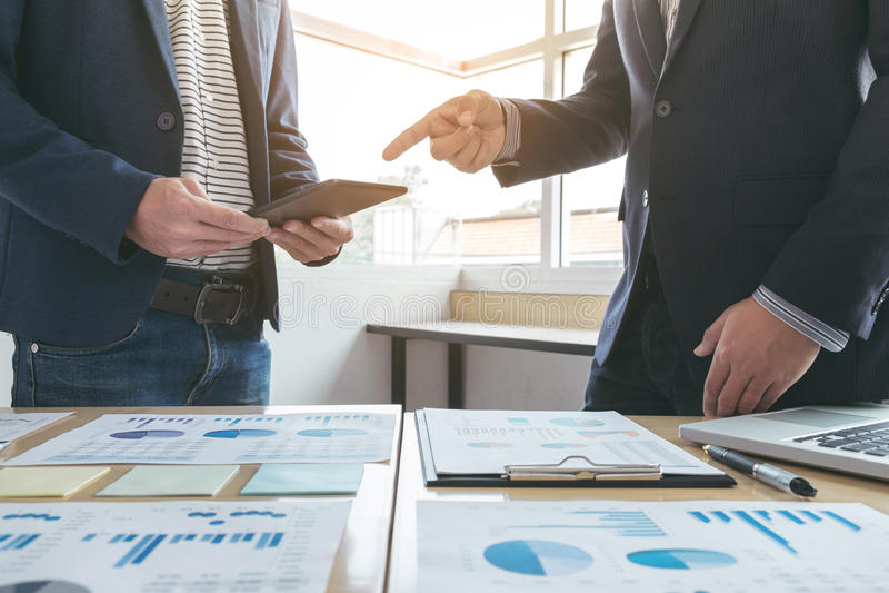 Geschäftsteambesprechungsgeschenk neue Idee Sekretärdarstellung und Herstellungsdem professionellen Anleger mit neuem Finanzproje lizenzfreie stockfotografie