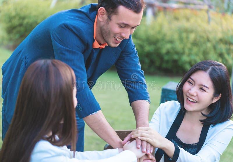 Geschäftsteamhand zusammen für die Teamarbeit im Freien stockbilder