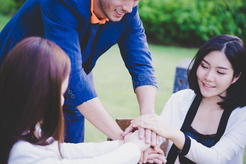 Geschäftsteamhand zusammen für Teamarbeit stockfoto