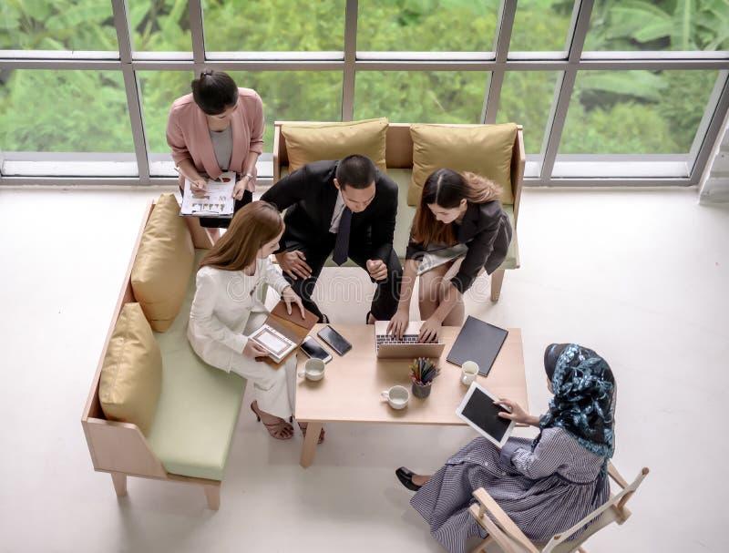 Geschäftsteamleute, welche die Konferenzdiskussion Unternehmens im Büro treffen stockbild