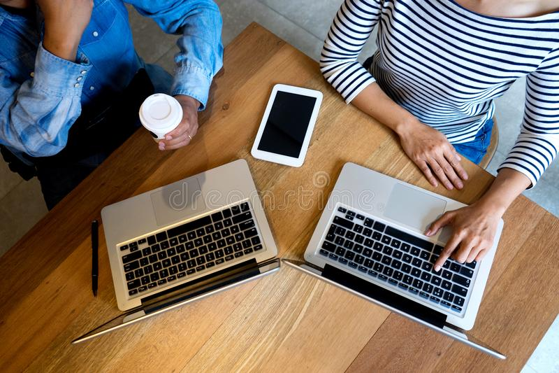 Geschäftsteammann und -frau arbeiten an hölzerner Tabelle stockfoto