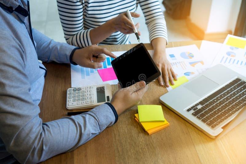 Geschäftsteammann und -frau arbeiten mit Laptop auf hölzerner Tabelle stockfotos