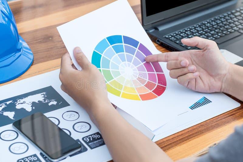 Geschäftstechnologiekonzept, Geschäftsleute, die das Diagramm besprechen lizenzfreie stockbilder