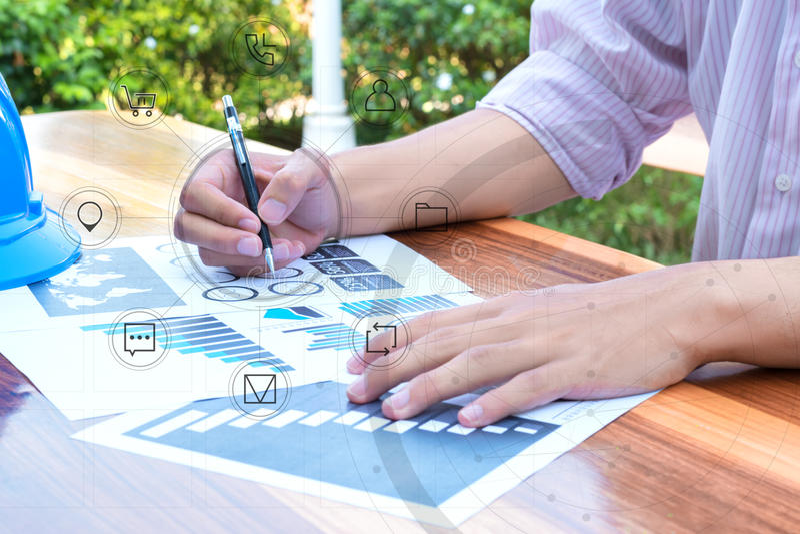 Geschäftstechnologiekonzept, Geschäftsleute, die das Diagramm besprechen stockbild