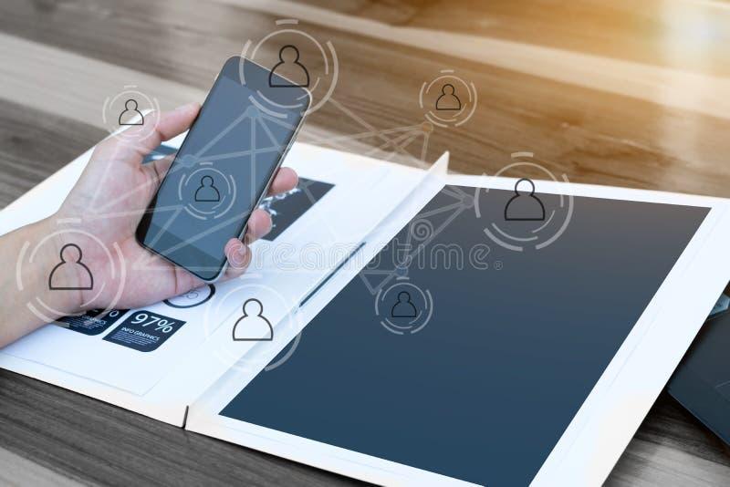 Geschäftstechnologiekonzept, Geschäftsleute Hände verwenden intelligentes Phon lizenzfreie stockfotografie