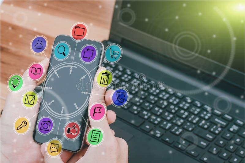 Geschäftstechnologiekonzept, Geschäftsleute Hände verwenden intelligentes Phon stockfotografie