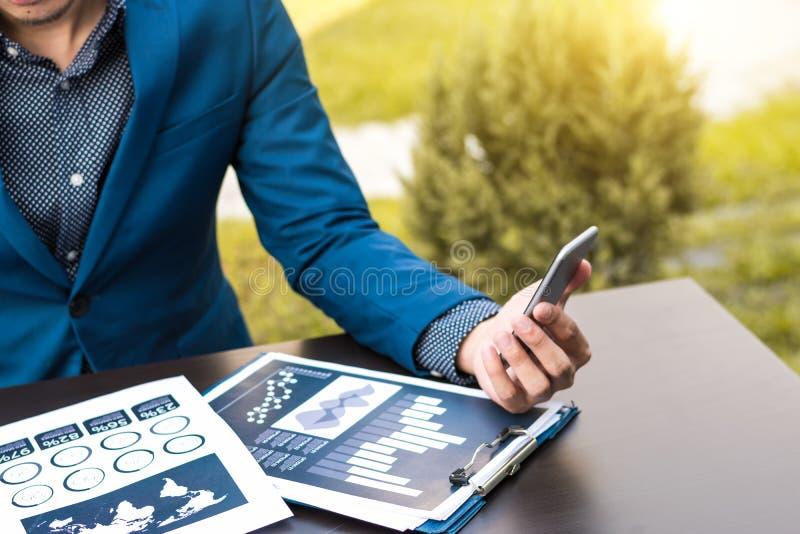 Geschäftstechnologiekonzept, Geschäftsleute Hände verwenden intelligentes Phon lizenzfreie stockbilder