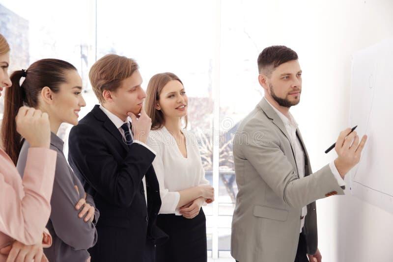 Geschäftstrainer, der der Gruppe Darstellung gibt lizenzfreie stockfotografie