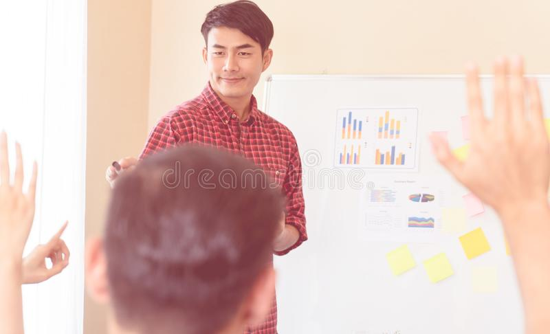 Geschäftstrainertrainer, der dem Studenten Training gibt lizenzfreie stockfotos