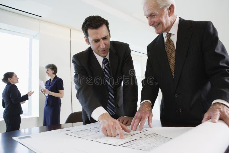 Geschäftstreffen, das Pläne behandelt. stockfotografie