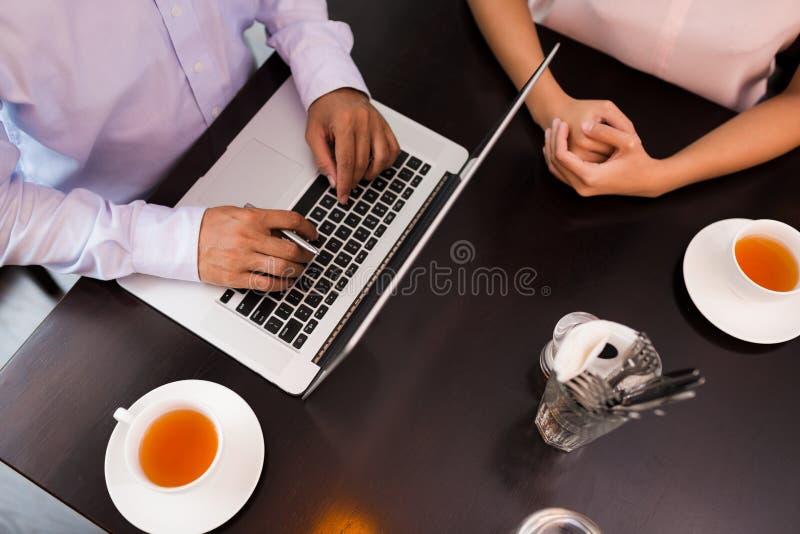 Geschäftstreffen in einem Café lizenzfreie stockbilder