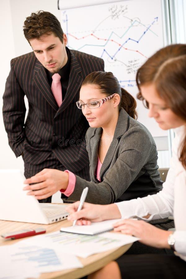 Geschäftstreffen - Gruppe von Personen im Büro stockfotos