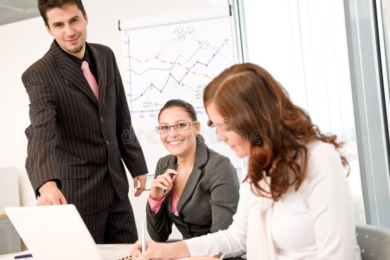 Geschäftstreffen - Gruppe von Personen im Büro lizenzfreie stockbilder
