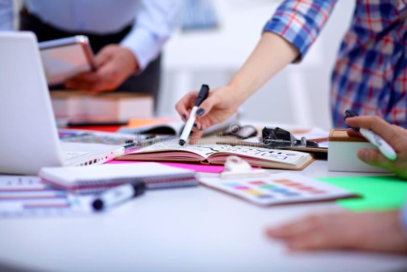 Geschäftstreffen im Büro der Tabelle lizenzfreie stockfotos