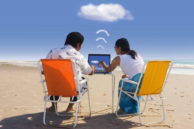 Geschäftstreffen am Strand lizenzfreie stockfotos