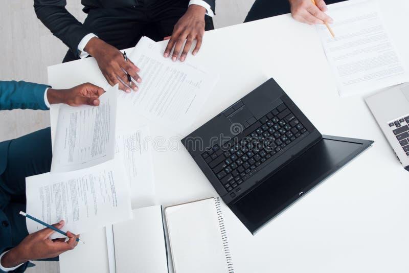Geschäftstreffen, unterzeichnende Verträge und Dokumente stockfotografie
