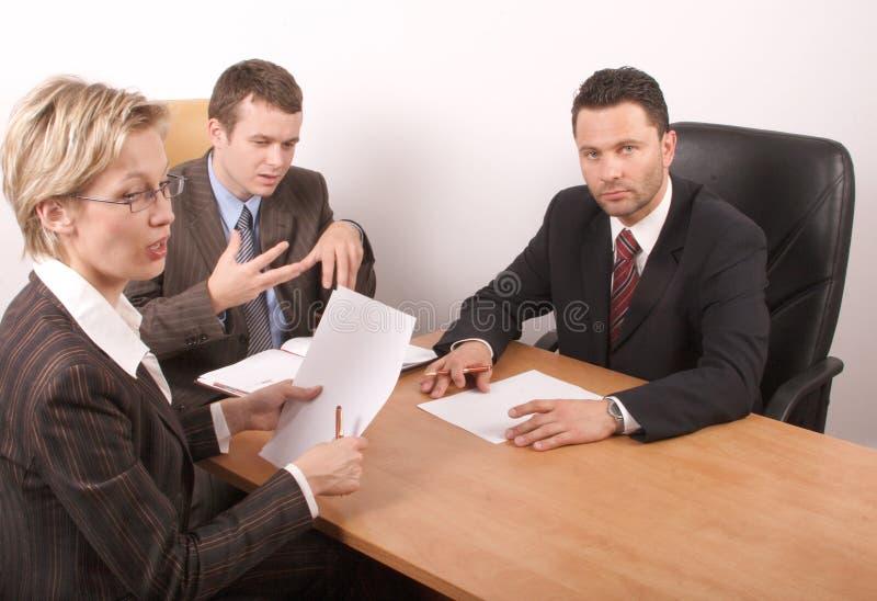 Geschäftstreffen von 3 Personen lizenzfreie stockfotografie