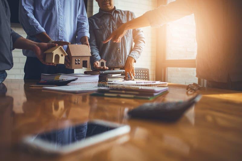 Geschäftstreffen von Immobilienmaklern und von Firmenpräsidenten stockfotos