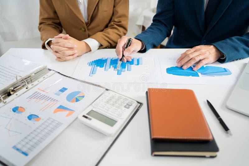 Geschäftsunternehmensteambrainstorming, Planungsstrategie, die eine Diskussion Analyse-Investition erforscht mit Diagramm im Büro stockfoto