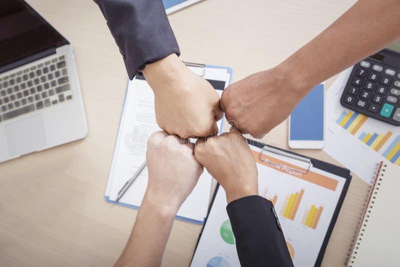 Geschäftsvölker team die Verbindungshände, die zusammen Teamwork c zeigen stockbilder