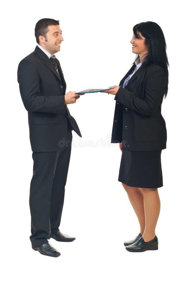 Geschäftsvereinbarung zwischen zwei Leuten stockfotos