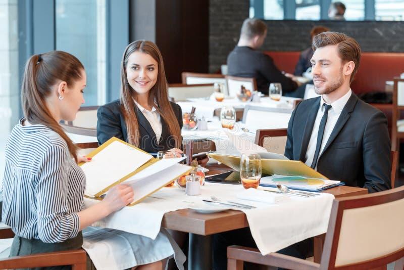 Geschäftsvereinbarungen Während Des Mittagessens Am Buffet Stockfoto ...