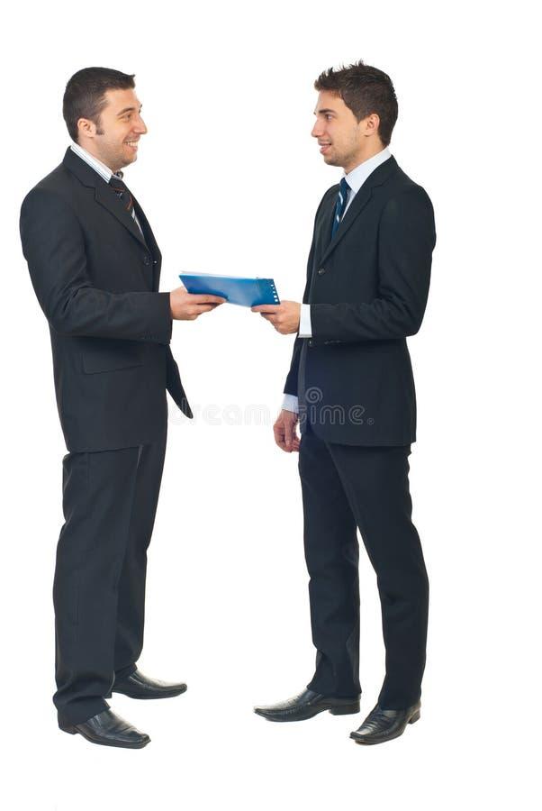 Geschäftsvertrag zwischen zwei Leuten lizenzfreies stockfoto