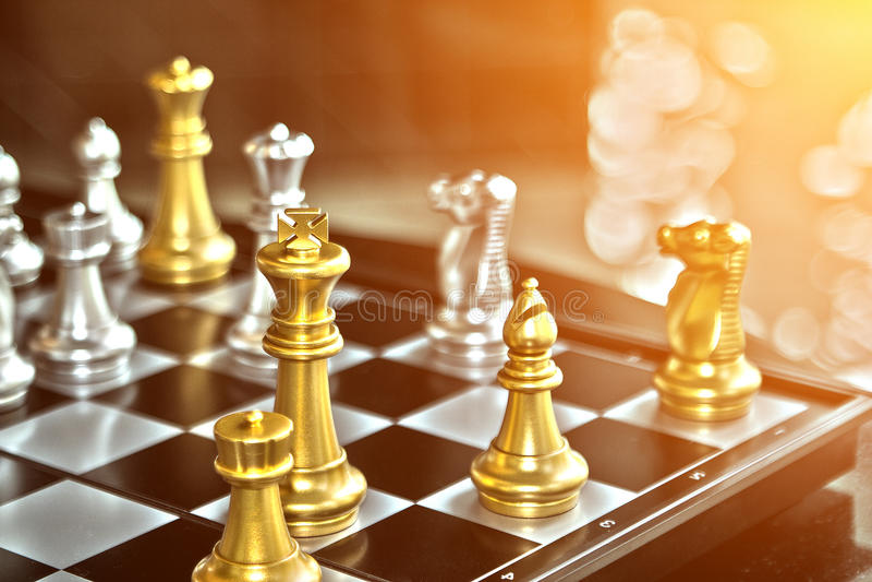 Geschäftswettbewerb, wo der Sieger des Schachkampfes nimmt stockfoto