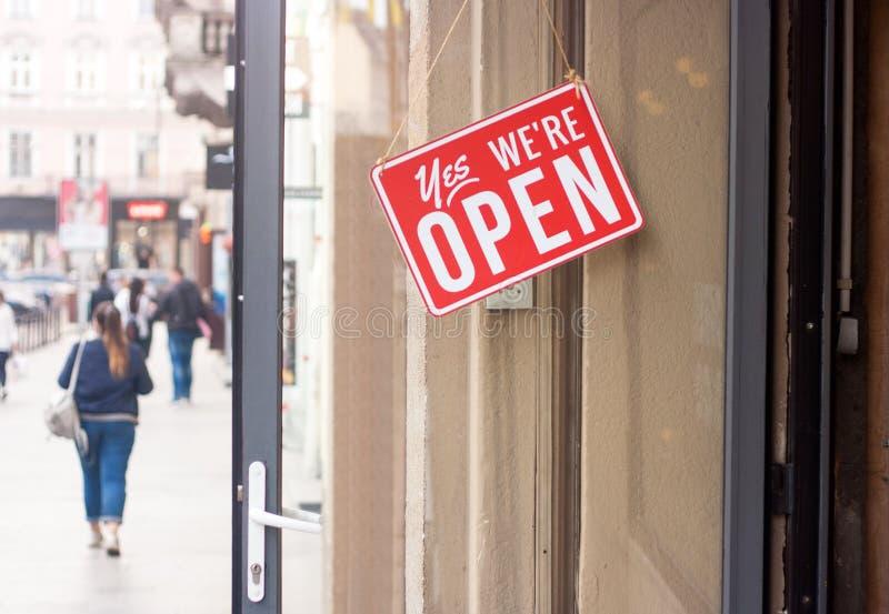Geschäftszeichen, das ja sagt, sind wir Open hängend an der Tür lizenzfreies stockfoto