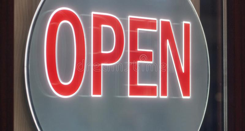 Geschäftszeichen OPEN hängend an der Tür lizenzfreie abbildung