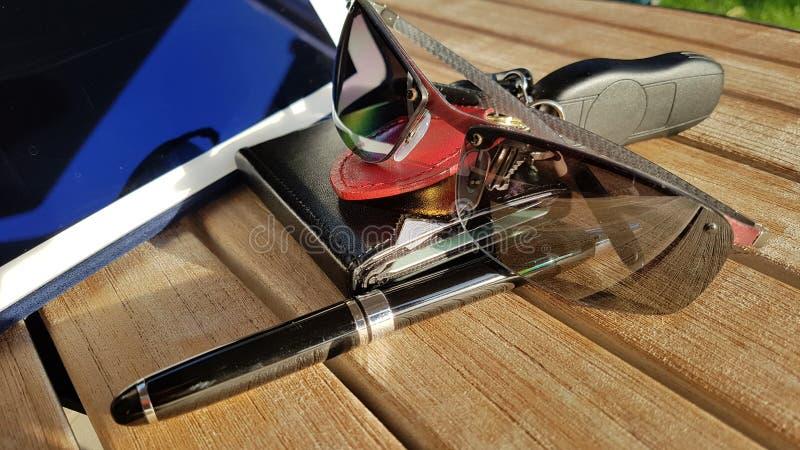 Geschäftszeit befestigt Glascomputertelefonkreditkarte-Geldbörsengeldbeutel lizenzfreie stockbilder