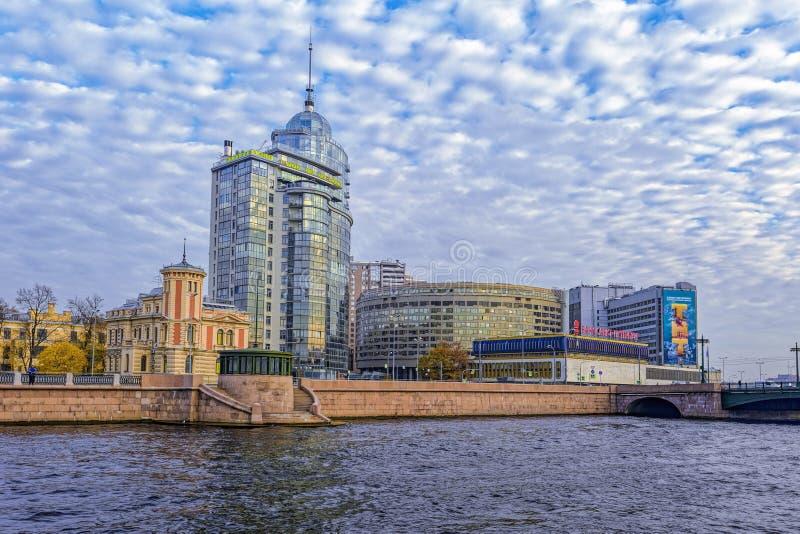 Geschäftszentrum Petrovsky-Fort und Bank St Petersburg auf Pirogovskaya-Damm des Flusses Bolshaya Nevka stockbild