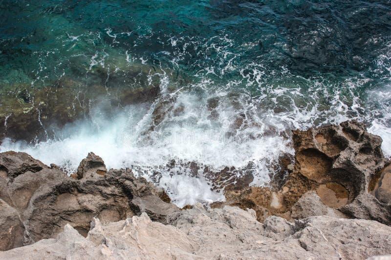 Geschäumte Wellen vom Mittelmeer stockbilder